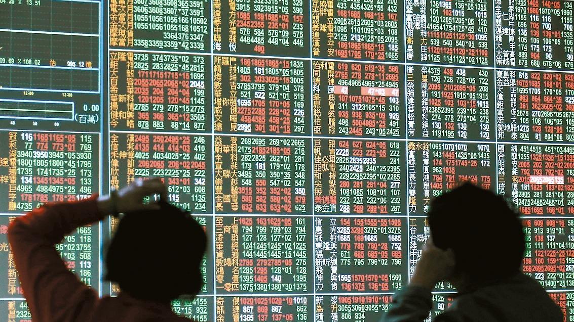 金融股在今年上半年大漲一波後,外資在7、8月除權息前後開始賣股閃人,目前約有四分...