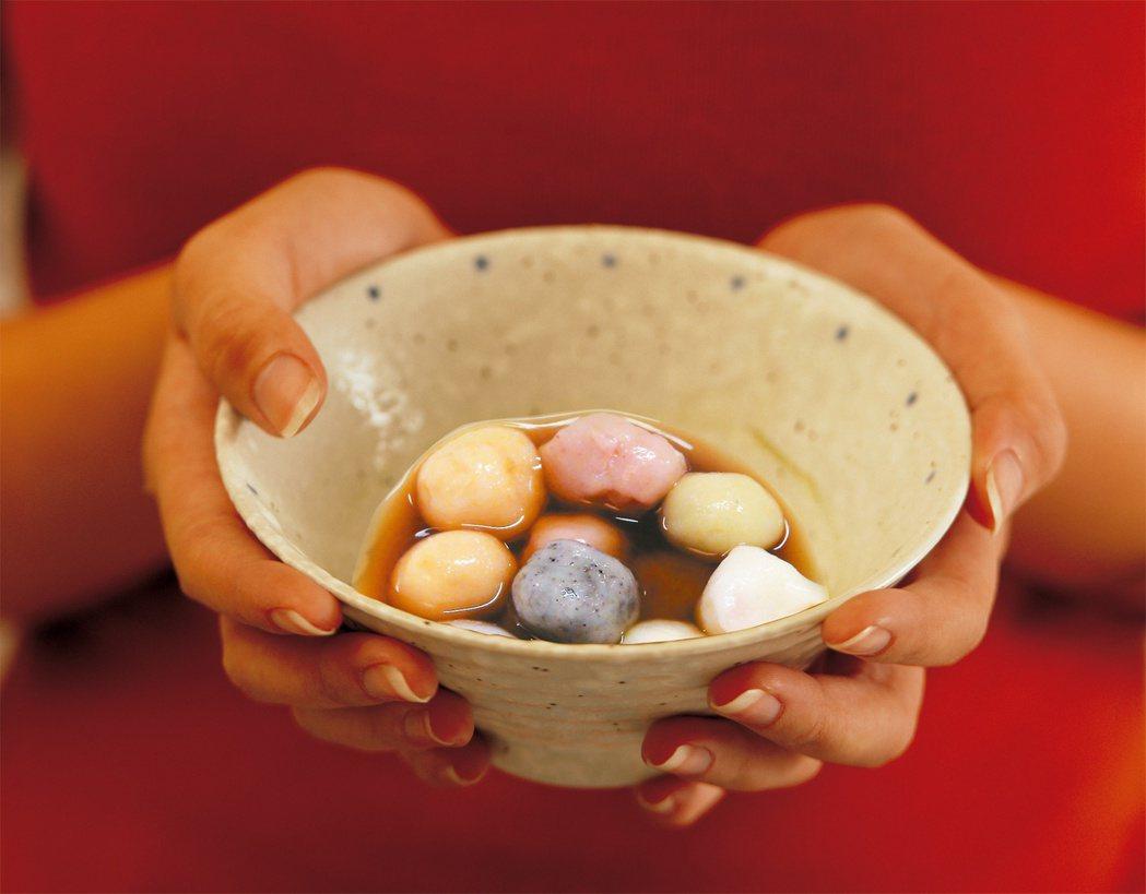 吃湯圓應景,健康養生湯圓也可在家DIY。台灣營養基金會執行長吳映蓉說,坊間鹹、甜...