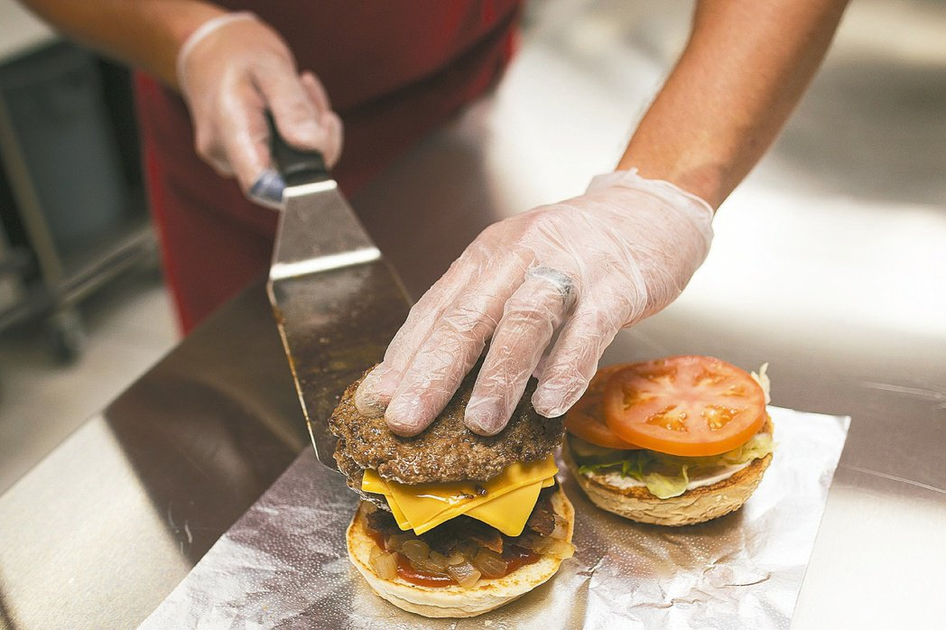 高脂肪飲食可能導致更抑鬱。 圖/彭博資訊