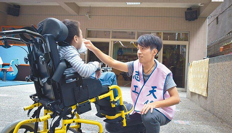 洪楷博在天使發展中心擔任志工,協助照顧腦麻、情緒障礙院生。 記者顏彙燕/攝影