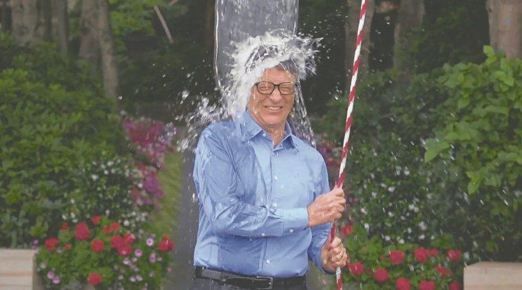 以前流行的冰桶挑戰,突然的冷刺激很傷身。圖為比爾蓋茲曾響應冰桶挑戰的行動。 圖/...