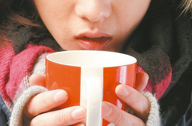 天冷來一杯熱奶茶或熱可可,喝在嘴裡,身子也暖呼呼起來;但如果經常喝,卻可能胖到身...