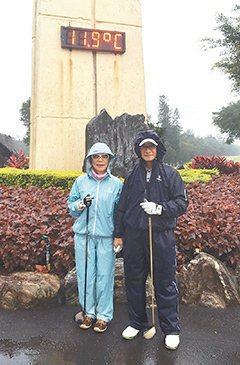 林靜芸(左)與丈夫林芳郁不畏寒冬,上山打高爾夫球。 圖/林靜芸提供