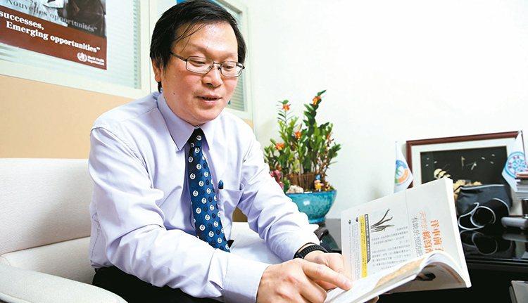 莊人祥拿出衛生署前副署長宋晏仁送的減肥書,汲取減肥知識。 記者徐兆玄/攝影