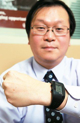 莊人祥利用穿戴式裝置,蒐集每天消耗的卡路里、監測身體狀況。 記者徐兆玄/攝影