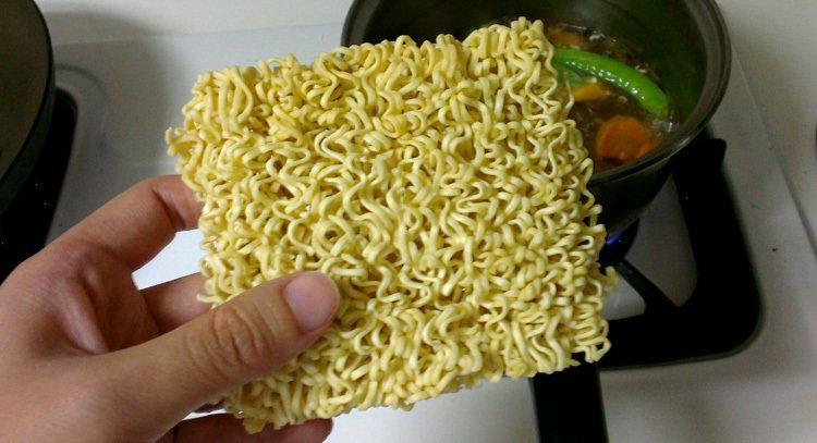 泡麵的添加物多,最好不要常吃。 報系資料照