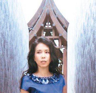 莫文蔚去年底發行了相隔4年的國語專輯「不散,不見」,新歌〈一切安好〉唱著深入內心的歌詞,歌詞中「能好好告別,原來求也求不到」被網友視為貼近最近的江蕙引退風波。