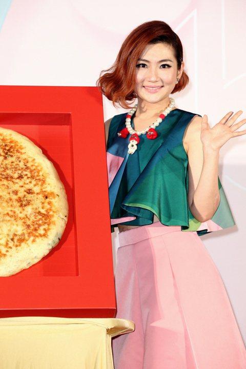 Selina舉行新專輯「3.1415」新歌發表會,看唱片公司還準備了一個超大型圓餅,當Selina與大餅合照時,可以襯托出她不再是圓臉女星。