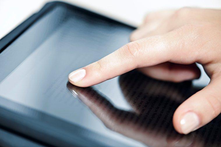 現代人常使用電腦、手機,手指負擔加重,若沒讓手部適度休息,也可能「積勞成疾」罹患...