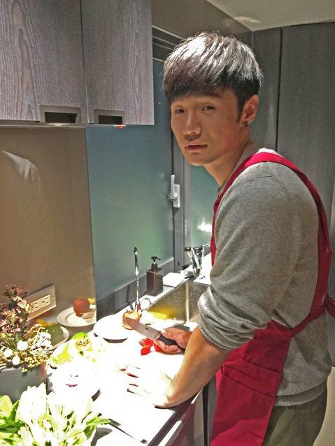 頭一回參與跨年晚會的『金曲新人王』李榮浩也非常興奮,開唱前李榮浩也非常的悠哉,打算下廚宴請工作人員,一展自己的好廚藝,他說:「往年的這時候都是和朋友一起吃飯度過,那今年在工作中度過,也不方便到外面餐...