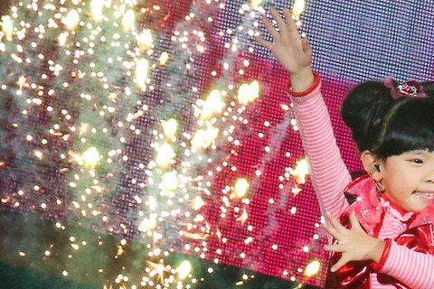 左左右右首次參加跨年晚會活動,在台北場上開著小汽車上台,在台上又唱又跳,可愛又萌的模樣,讓大家high起來。