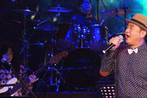 陳昇在台北國際會議中心舉辦跨年演唱會,這是他第21年開唱,自嘲老人家的他,穿圓點襯衫加領結,牽著3隻小狗氣球,俏皮登場,對現場3千位歌迷笑說:「又過了一年,是的,我一直都會在。」