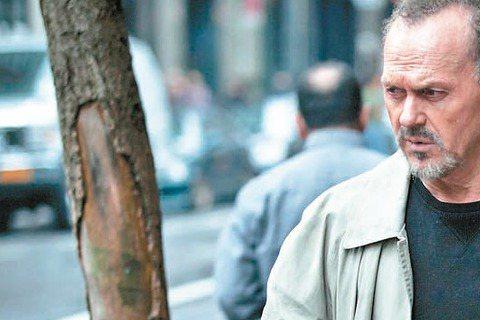 奧斯卡重要風向球金球獎將於台灣時間下周一早上在洛杉磯舉行頒獎典禮。綜合全美各大媒體預測結果,「鳥人」將抱回4項大獎,「年少時代」以3項緊追在後。「鳥人」在音樂/喜劇類可望拿下最佳影片、最佳男主角(米...