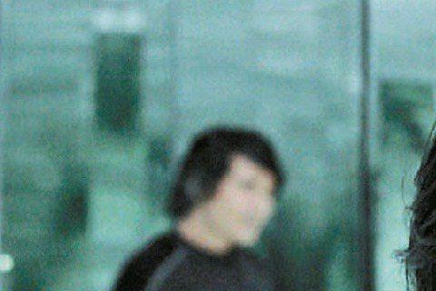 費翔推出時隔13年的全新國語專輯「人」,新一波主打「I'll Be Your Man」MV,讓男女主角大玩雌雄變換的概念,他則自謙「已老」,只以聲音傳達中性感。為什麼不自己演出呢?費翔說:...