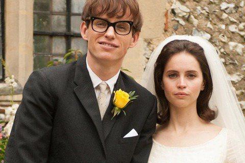 【愛的萬物論】入圍2015奧斯卡最佳影片,主演艾迪瑞德曼與菲麗希緹瓊斯分別入圍最佳男、女主角。【愛的萬物論】敘述英國當代著名天文物理學家史蒂芬霍金與第一任妻子間的故事。內容著重在霍金的早期生活,他和...