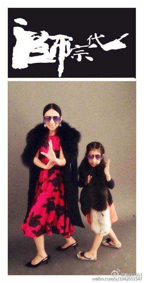 照片中,國際巨星章子怡戴著墨鏡,身穿紅色連衣裙、搭配皮草和高跟鞋,擺出電影《一代宗師》中的經典打女姿勢,一旁的姪女也跟著模仿了起來。網友也留言稱讚「章子怡的姪女好可愛」、「這小徒弟架勢擺得不錯」。章...