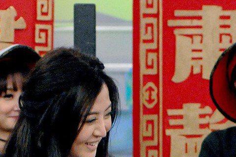 李亮瑾日前上華視「華視天王豬哥秀」,她演出節目短劇「現代嘉慶君」的含冤女鬼,坦言自己是跟劇組告假才能來錄影,並說曾連趕5天4夜的戲都沒闔眼,結果因為太累站著睡著,畫面還被播出,讓她直呼糗翻天。