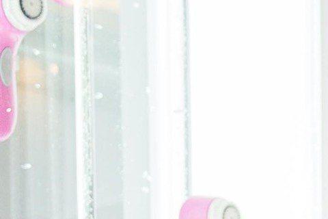 劉以豪出席潔膚儀一日店長活動,雖說愛美是女人天性,但他卻非常重視皮膚保養,平日多喝水、維持正常作息、重視清潔,是他保養肌膚3大要點,活動中,他還不時請教美容師關於保養問題,連嘴唇太乾也不放過,而對於...
