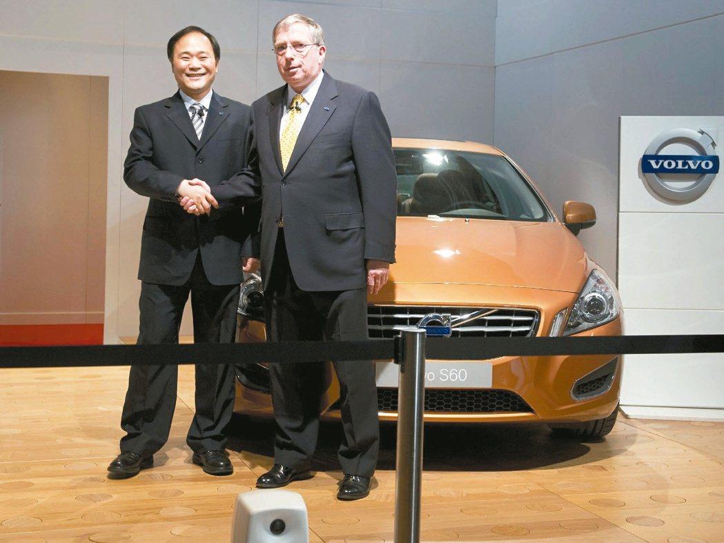 圖為 2010 年吉利汽車董事長李書福(左)與福特前執行副總裁布斯檔案照。 路透...