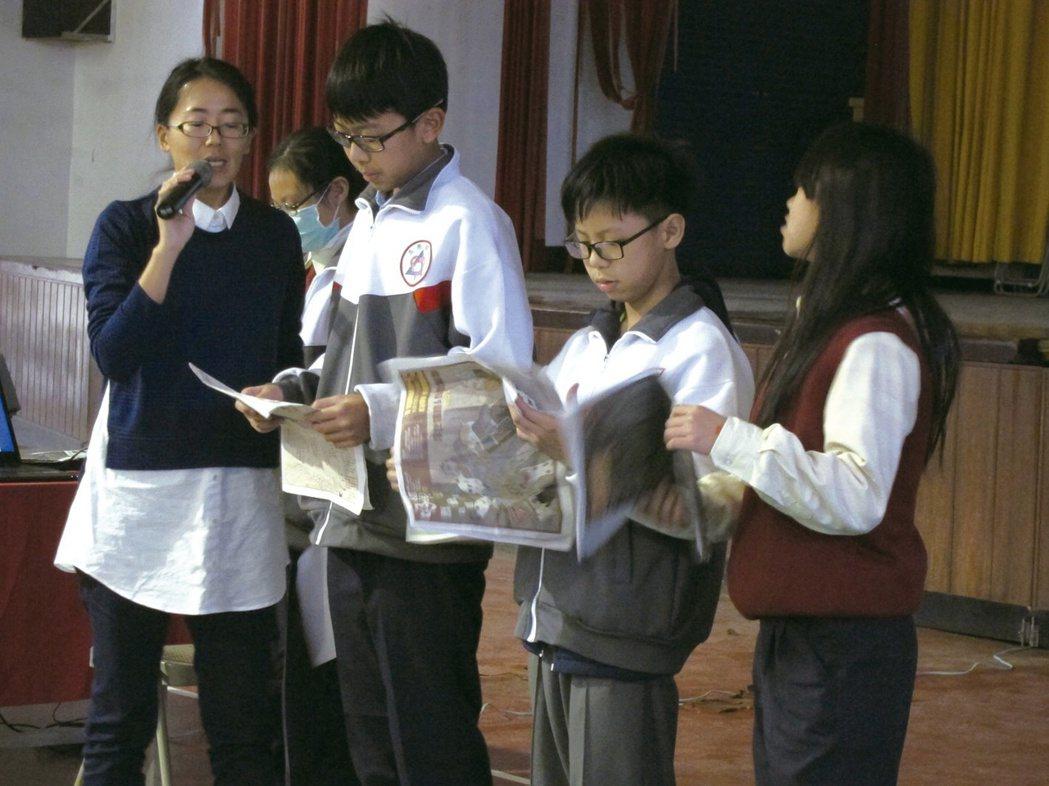 花蓮縣玉里國中七、八年級的同學,拿著報紙玩「命運輪盤」搶答遊戲。 圖/陳姵穎