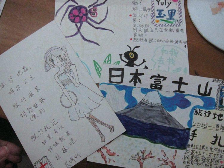 校外教學時,圖書館也舉辦彩繪明信片的活動。