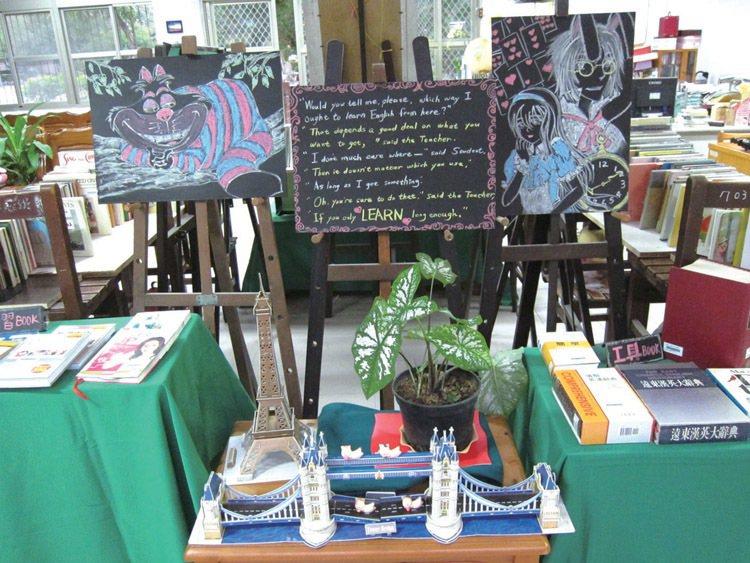 目前的主題書展與英文有關,陳列了許多繪本。