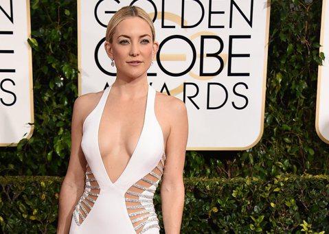 凱特哈德森(Kate Hudson)一身白色性感禮服登上金球獎的紅毯,前面都快開叉到肚臍了!這「胸器」當然也很大方的出來透氣一下,在紅毯上她的乳波擠得很漂亮。
