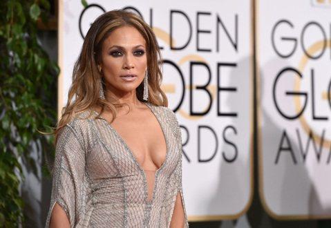 珍妮佛洛佩茲(Jennifer Lopez)在金球獎紅毯上,這次不以翹臀為主打,就以大家最會注意到的前胸來做主打,同樣也是開叉低到不行,像魚網般的禮服很聽話的與胸前貼很緊,把胸形襯托的很不錯,只要不...