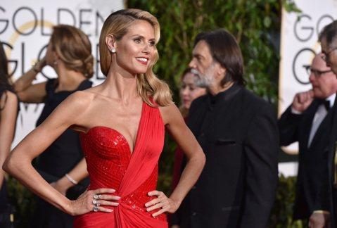 名模海蒂克隆(Heidi Klum)也登上金球獎紅毯,這次她選擇一套紅色禮服,不過上半身她漂亮的擠出右乳,左乳則是遮起來,中間的深溝很有誠意的秀出,所以雖然雖然少了一乳,但看在溝溝的份上,我們就不計...