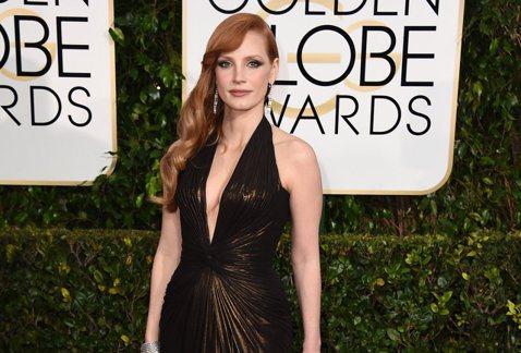 今年金球獎的紅毯上,不少女星都選擇胸前大開叉,可說是不怕你看,就怕你看不到,潔西卡崔絲坦(Jessica Chastain)果然是個很「胸」的女人,深色的禮服將胸前的「兩球」,擠得比別人要來得挺!