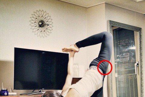 少女時代成員俞利(Yuri)最近在Instargram上分享了一張她做瑜珈時的照片,這腳不僅是180度,還可以前凹90度來勾勾手,而且表情平淡如水,毫痛苦之色。話說有網友覺得背景中的電視跟鏡子好像怪...
