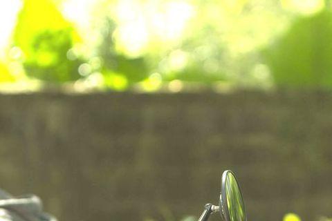 許瑋甯在「16個夏天」後繼續走Man味路線,公視新戲「麻醉風暴」中接髮、穿皮衣,裝酷騎重機,但身材纖瘦的她首次接觸重達上百公斤的重機,大呼:「光要扶好就已經很難了。」練習時還因力量不夠無法支撐,不慎...