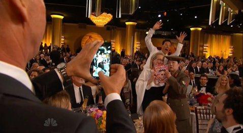 去年奧斯卡有大明星自拍合照,今年金球獎也來搞一下大明星合照,最近話題很夯的電影《名嘴出任務》演員趙牡丹,穿著仿北韓軍服一臉嚴肅,手上還拿著介紹電影的雜誌,與大明星梅莉史翠普(Meryl Streep...