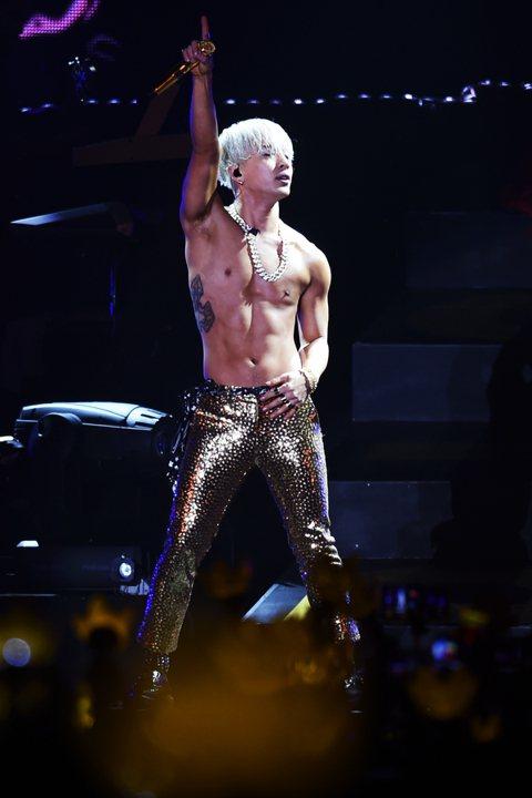 太陽接著演唱與G-Dragon合唱的新歌「Good Boy」。他其後抽出一位幸運觀眾,並送上一對獨一無二的親筆簽名球鞋,以紀念其首個香港個人演唱會!太陽本打算以「Let Go」及「Love You ...