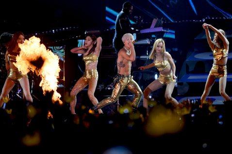 太陽接著以一系列快歌開展下半場的演出,他先唱出G-Dragon作曲的「Ringa Linga」,此曲甫推出即橫掃多個韓國音樂排行榜,更攻佔iTunes榜五個國家的榜首!太陽接著繼續大展其精湛型格的舞...