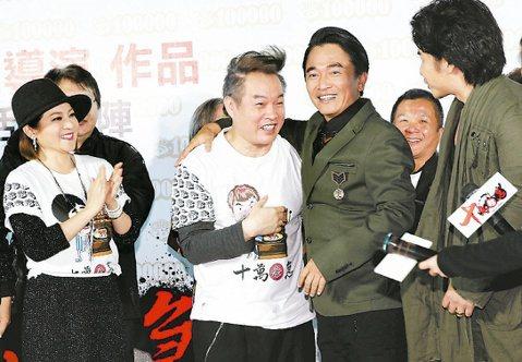 康康推出自導自演的電影「十萬夥急」在大直美麗華首映,香港笑匠吳孟達及新加坡喜劇巨星李國煌參與演出,在電影中客串演出的吳宗憲及歐弟,趁「綜藝大熱門」放飯時,趕來捧場。