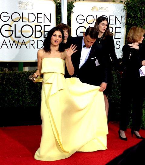 今年金球獎紅地毯上有很多女星選擇了有長披肩或拖尾的長裙,這意味著走一段停下來擺拍都要重新整理裙子保證造型,而這一任務有時由助手完成,有時就是她們男友或老公來完成。查尼塔圖(Channing Tatu...