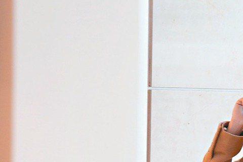 張鈞甯返台出席活動,也把握時間跟男友相處,她與男友到台北101的BURBERRY專櫃購物,陪著男方挑東西,也給意見,張鈞甯戴著口罩,沒有刻意低調,之後記者上前訪問,張鈞甯笑談男友,表示就是放假一起逛...