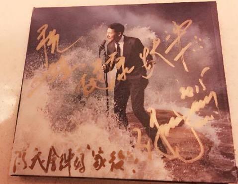 歌神張學友送給天后江蕙自己親筆簽名的國語專輯,讓江蕙在臉書PO出照片感謝歌神的情歌,還留言寫下:「我醒著做夢..就是痛也痛得感動.....」正是張學友新歌〈我醒著做夢〉的歌詞,而學友也在簽名專輯上寫...