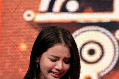Dream Girls日前上TVBS「全球中文音樂榜上榜」考驗默契,接受測謊機檢視,但怕電的李毓芬一聽到測謊機有通電,嚇得手汗直流,頻拿衛生紙擦拭,還哀求說:「可以改拿『愛的小手』打我嗎?」