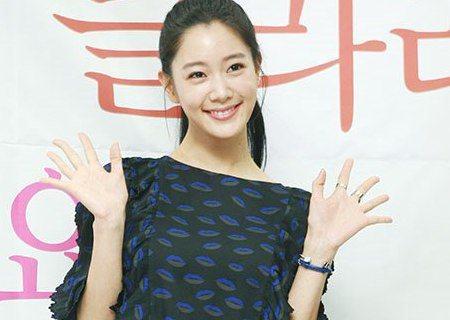 韓國女星Clara對前經紀公司提起了訴訟,要求解約,並狀告老板對其性騷擾。對此,原經紀公司發表聲明,稱Clara威脅老闆,如不同意解約就告性騷擾。原公司表示「Clara在簽約之後一直做違反合約的事,...