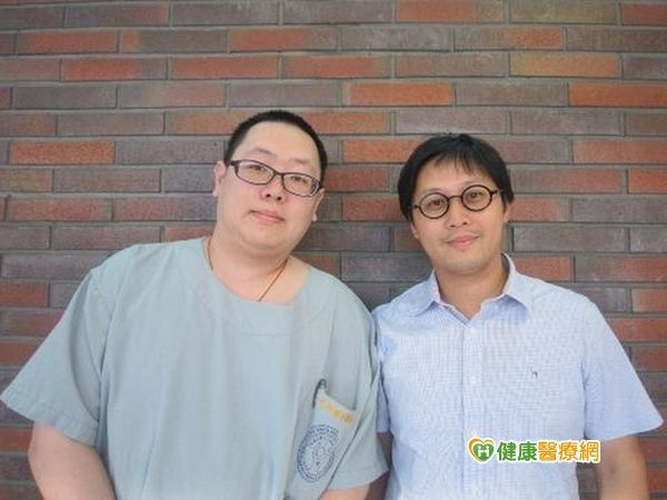 成大醫院神經外科阮威勝醫師(右)及李柏萱醫師