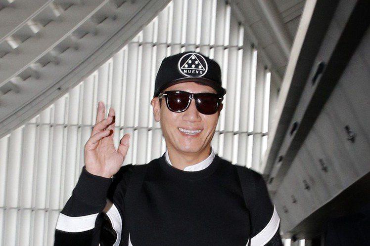 韓國人氣綜藝節目「Running Man」5位主持人將於本週六(17號)在台灣舉行見面會,綽號「王鼻子」的池錫辰下午搭乘CI161班機搶先抵台,他一身黑衣黑褲戴著黑帽子與墨鏡,一現身機場就見到許多粉...