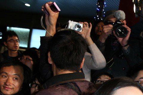 王力宏、湯唯與「雷神」克里斯漢斯沃主演的「黑帽駭客」台北首映現場吸引爆滿粉絲,王力宏、湯唯走上星光大道和影迷玩自拍、擊掌,氣氛high到最高點。湯唯戲稱,到好萊塢拍片感覺像進入大型遊樂園,一路成功闖...