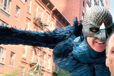 奧斯卡入圍名單揭曉,入圍贏家「鳥人」氣勢旺,不但已拿下本屆金球音樂喜劇類最佳男主角及最佳劇本兩大獎,也在英國影藝學院獲十項提名。該片除了米高基頓入圍男主角,男女配角愛德華諾頓、艾瑪史東也都順利入圍,...