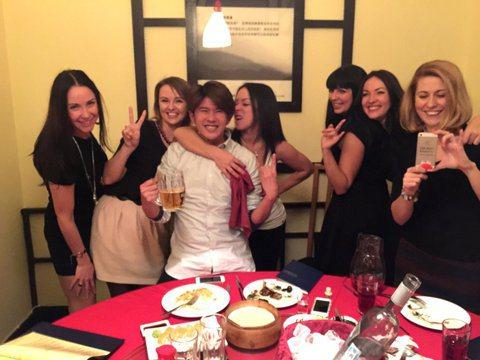 顏永烈與莎莎日前隨「食尚玩家」造訪俄羅斯,一行人到當地中式餐廳用餐,隔壁桌一群女俄羅斯人狂對他們笑,還對顏永烈伸手討抱抱、玩親親。讓他直呼賺到了!