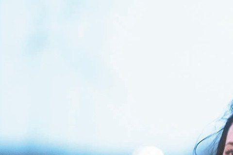 莫文蔚上周旋風來台3天宣傳專輯「不散,不見」,先前一趟遲來的蜜月旅行,讓她學會當小女人:「女人啊,要適時裝笨。」莫文蔚以前也不會避談老公,但多半點到為止,這次來,不只公開表示迫不及待想回英國,「因為...