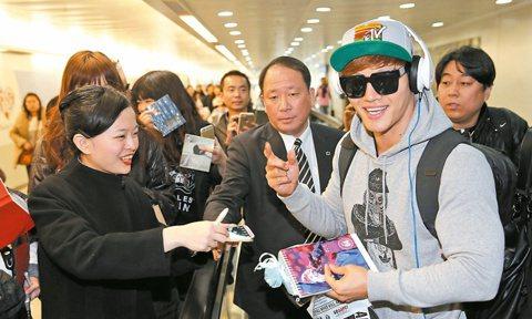 南韓超人氣綜藝節目「Running Man」金鐘國於下午2點多抵台,他穿灰色帽T、潮帽和耳機現身,面帶微笑、相當輕鬆,機場工作人員見到他立刻包圍索取簽名,他也來者不拒,還用中文向粉絲說謝謝。