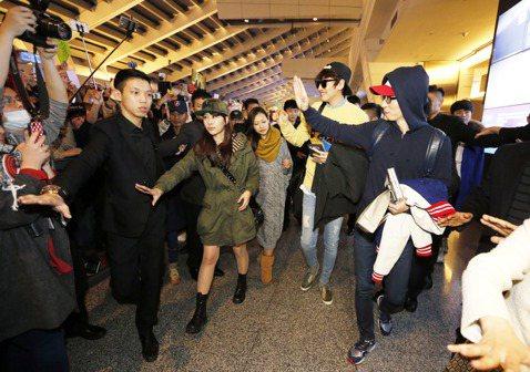 韓國《Running man》主持班群的劉在錫與李光洙晚間抵達桃園機場,粉絲從上午開始接機,並等候至深夜,相當死忠。
