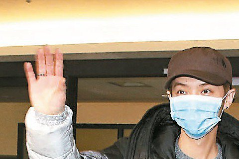 脫離韓團EXO的鹿晗,在大陸拍的第一部電影「重返20歲」即將上映,他昨天下午飛抵台北展開宣傳,大批粉絲得知消息守在機場拿著海報以尖叫對偶像表達歡迎。
